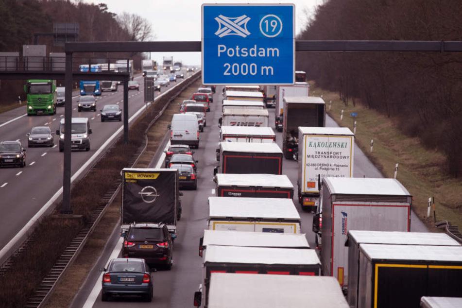 Autos und Lkws stauen sich kurz vor dem Autobahnkreuz Potsdam. (Symbolbild)