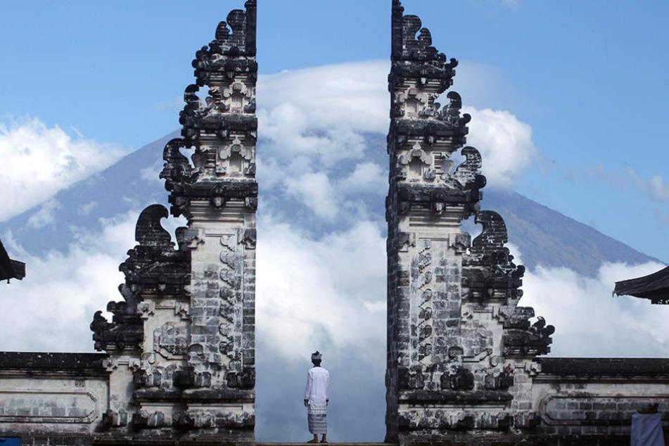 Der Vulkan brodelt: Touristen fliehen von der Urlaubsinsel Bali. (Foto:DPA)