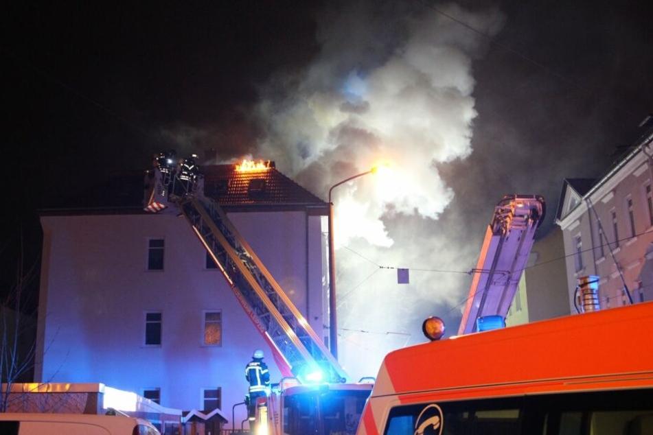 In der Luckaer Straße schlugen Flammen aus dem Dachstuhl eines Mehrfamilienhauses.