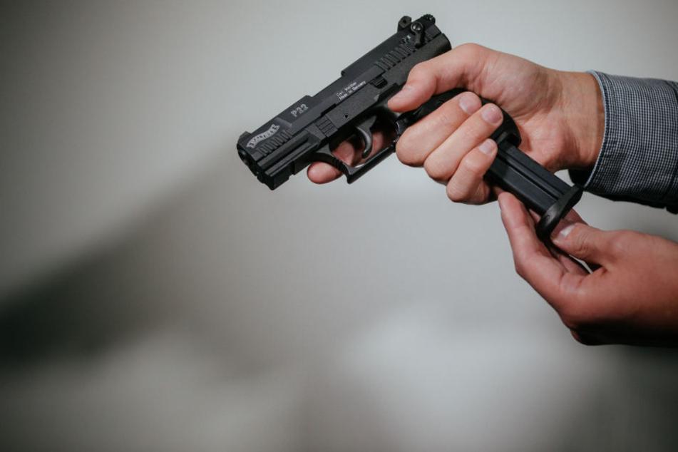 Am Ende des Streits stand der 61-Jährige mit einer Waffe vor seiner Wohnung. (Symbolbild)