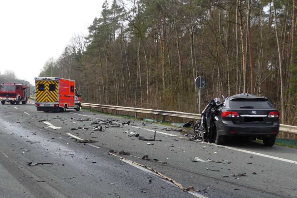 Trümmerteile verteilten sich nach dem heftigen Crash auf der Fahrbahn.