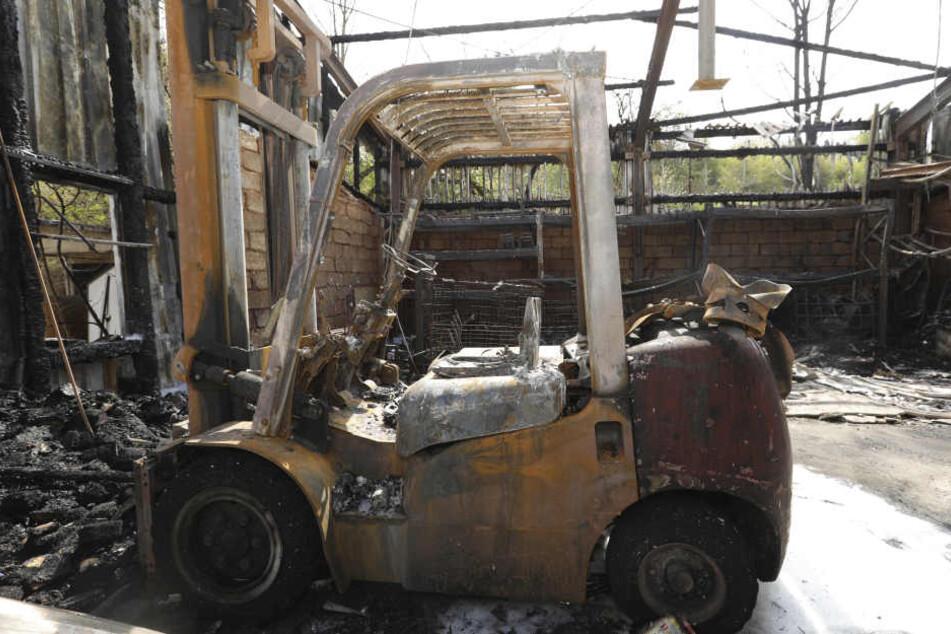 Die Flammen zerstörten auch einen mit Gas betriebenen Gabelstapler.