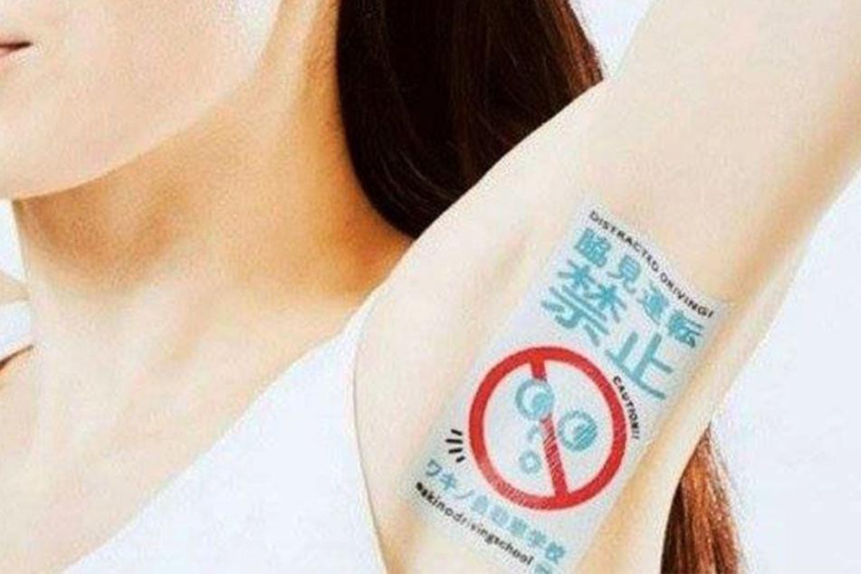 Sieht ganz schön komisch aus: Eine Dame mit einem Werbe-Tattoo in der Achselhöhle.