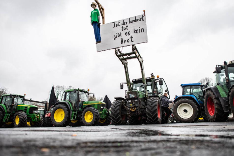Mega-Demo bei CSU-Klausur: Bauern tuckern mit tausenden Traktoren nach Seeon