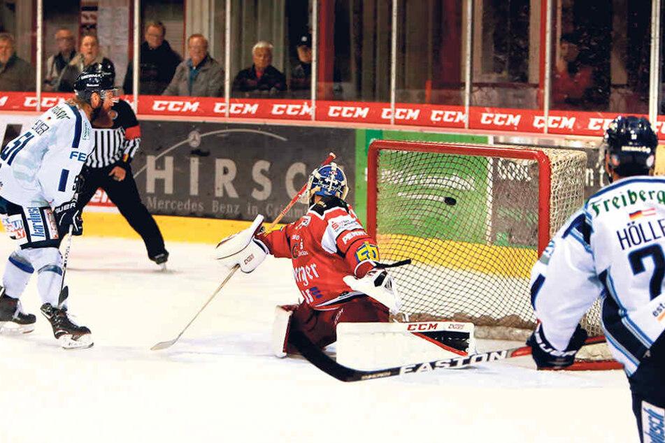 Thomas Pielmeier netzte hier zwar nach super Vorarbeit von Alexander Höller zum 2:1 ein, doch zu viele Chancen ließen die Eislöwen danach noch liegen.