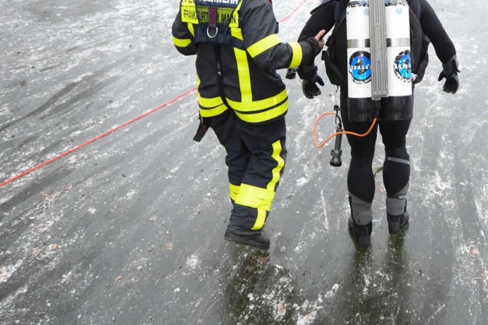 Die Feuerwehr musste den Leichnam unter dem Eis bergen und aus dem Teich ziehen. (Symbolbild)