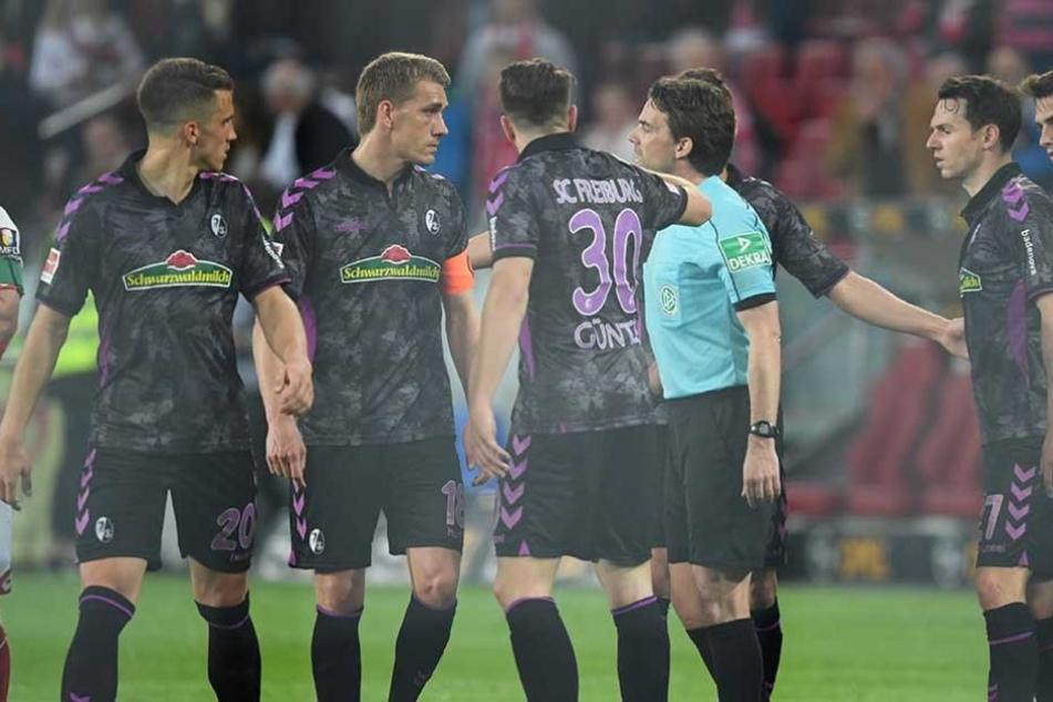 Auch die wütenden Proteste der Freiburger halfen nicht, Schiedsrichter Winkmann entschied auf Elfmeter, obwohl er das Spiel schon abgepfiffen hatte.