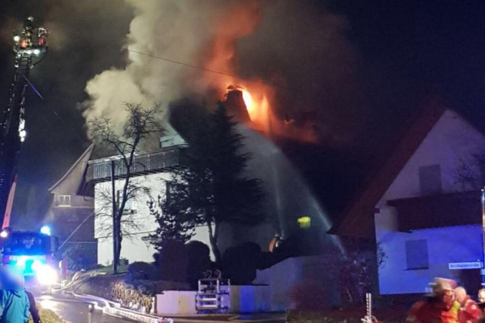 Das Feuer fraß sich durchs Dach hindurch.