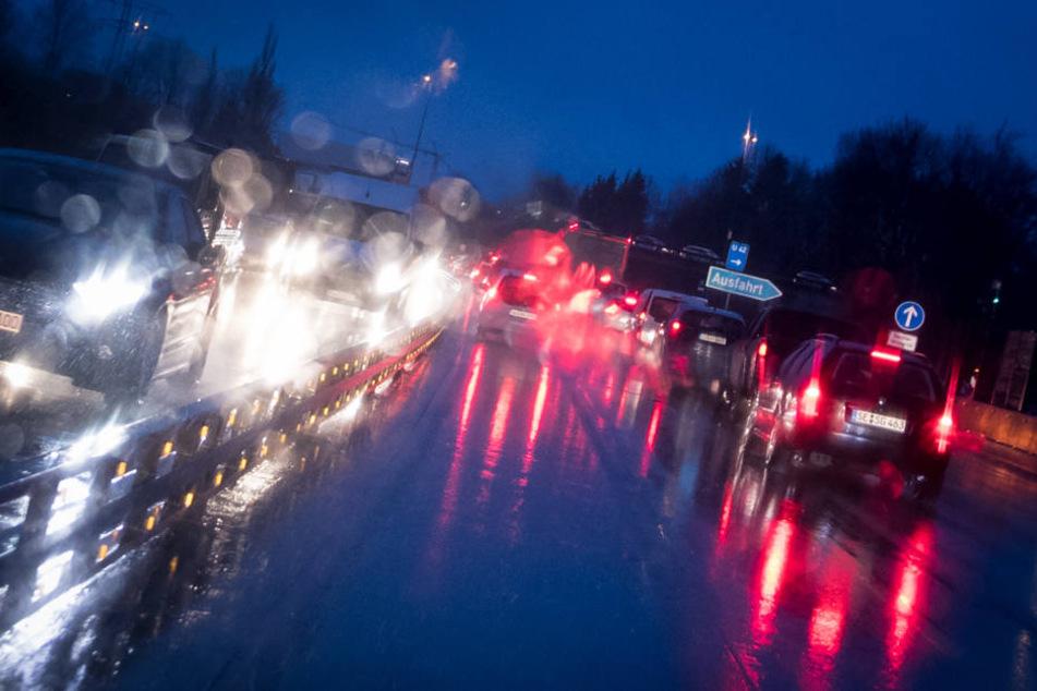 Der Mann drückte trotz regennasser Fahrbahn aufs Gaspedal. (Symbolbild)