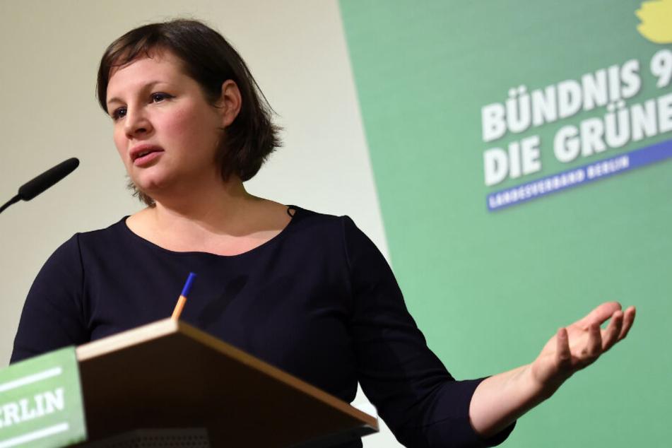 Die Berliner Fraktionsvorsitzende Antje Kapek (Bündnis90/Die Grünen) spricht am 24.11.2016 beim kleinen Parteitag der Berliner Grünen in Berlin.