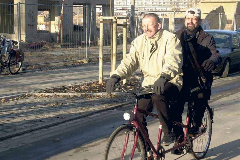 2001 radelte der Straßenchef mit dem damaligen Ortsamtsleiter Dietrich Ewers (†79) über die wieder befahrbare Arnoldstraße in der Johannstadt.