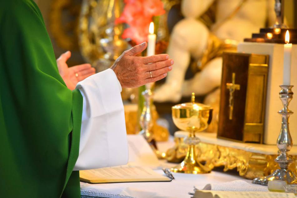 Der Priester soll sich mehrmals an Jugendlichen und Kindern vergangen haben.