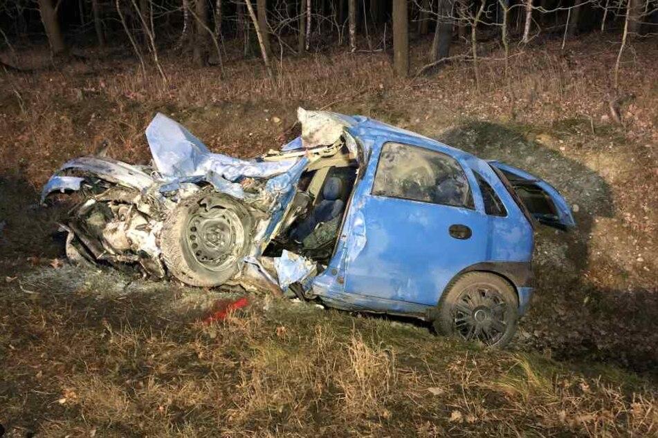 Das Auto des Opel-Fahrers wurde bei dem Crash extrem zusammengedrückt. Der Fahrer verstarb noch an der Unfallstelle.