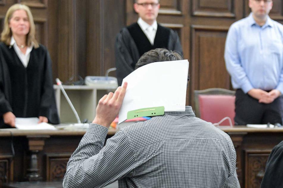 Einer der vier jungen Männer vor der Urteilsverkündung.