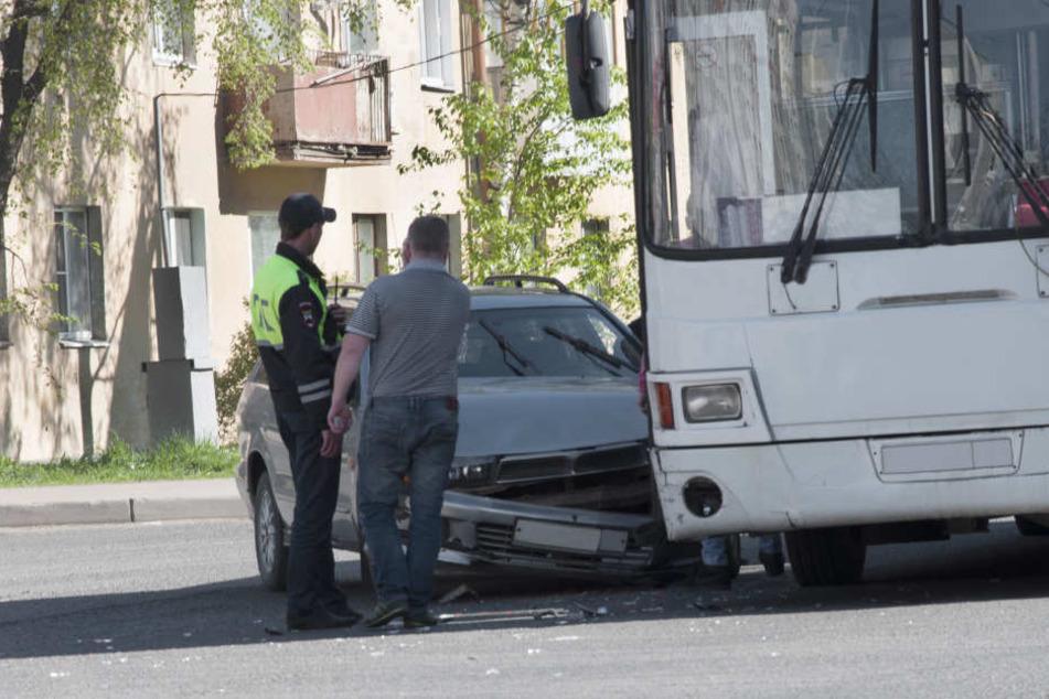 Beim Abbiegen übersah der Busfahrer das Auto. (Symbolbild)