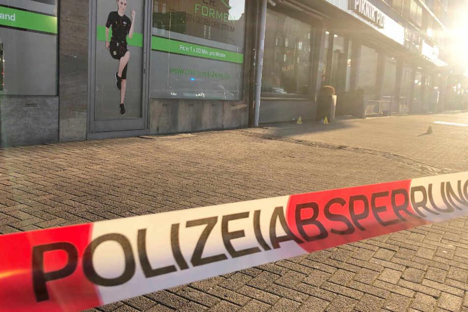 Die Polizei fahndet nach dem Angriff nach einem mutmaßlichen Messerstecher.