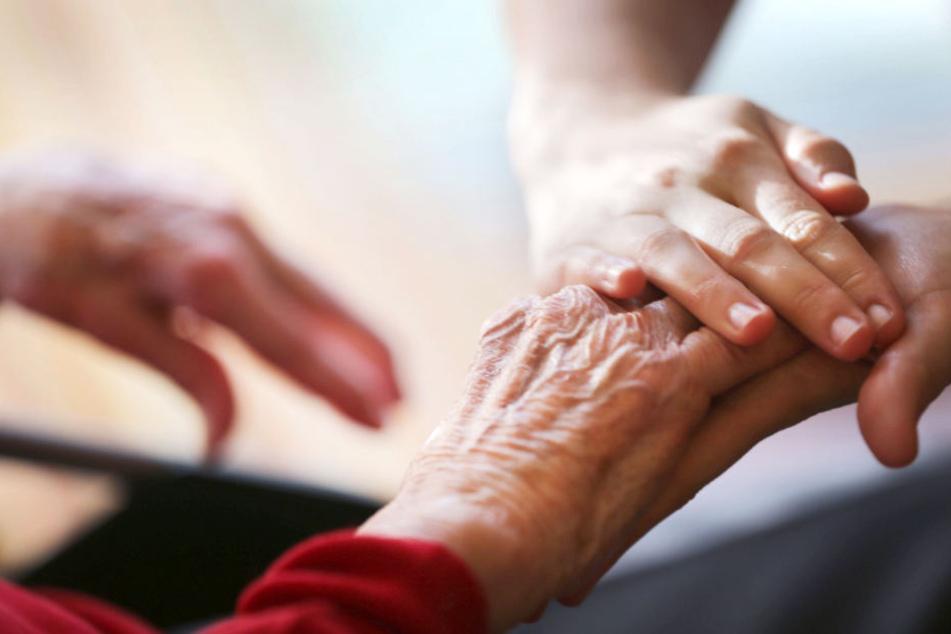 Eine Angehörige versorgt das pflegebedürftige Familienmitglied.