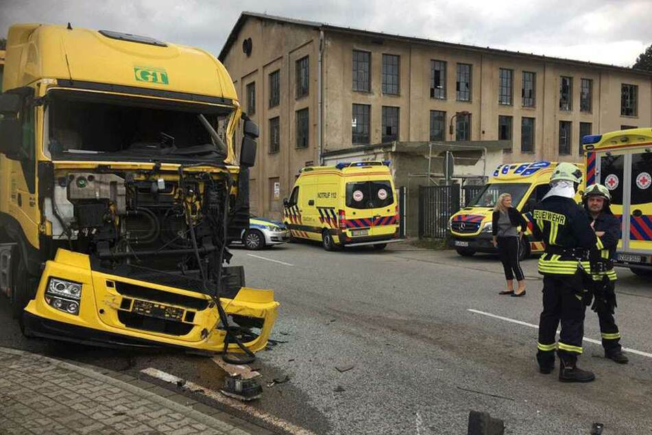 Der LKW-Fahrer (56) kam schwerverletzt ins Krankenhaus.
