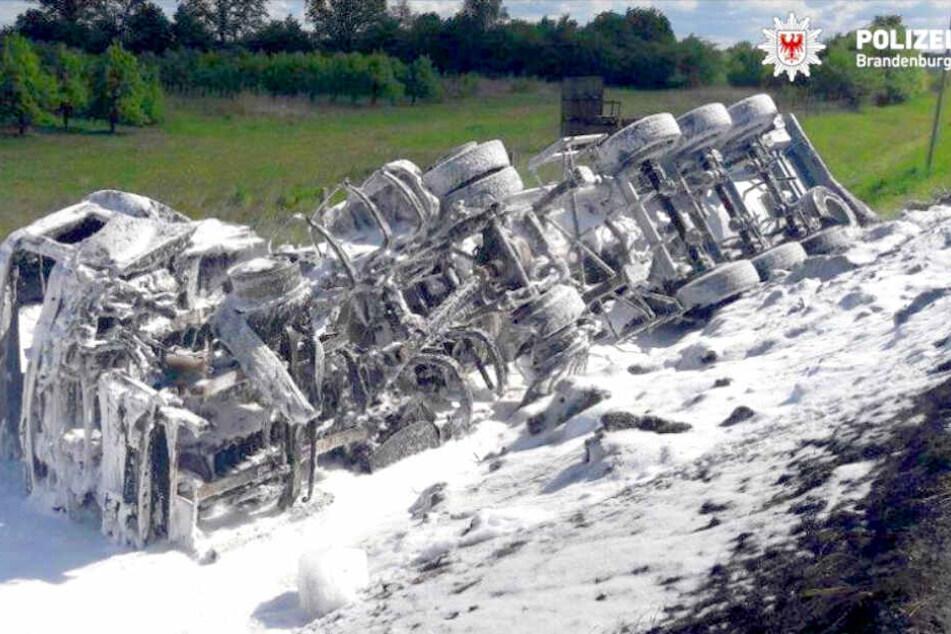 Ein Lkw hat nach einem Unfall Feuer gefangen.