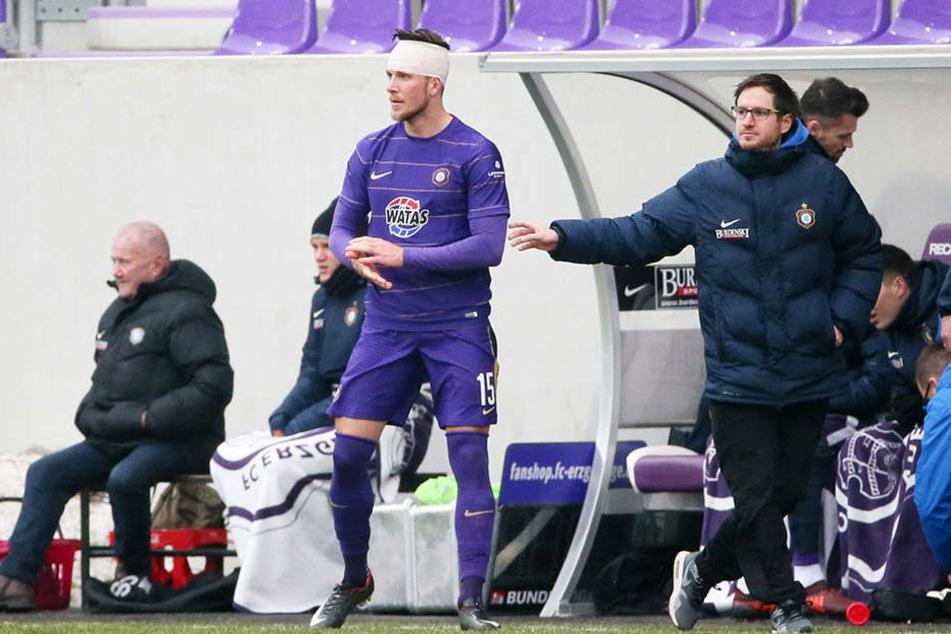 Szene vom Ingolstadt-Spiel: Der Turban ist angelegt, Dennis Kempe (2.v.l.) wird von Coach Hannes Drews wieder aufs Feld geschickt.