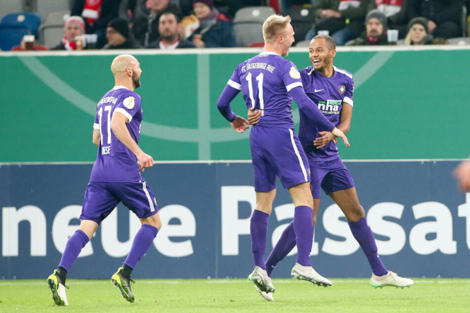 Florian Krüger (M.) freut sich mit Louis Samson über seinen Pokal-Treffer, Philipp Riese eilt zur Gratulation herbei.