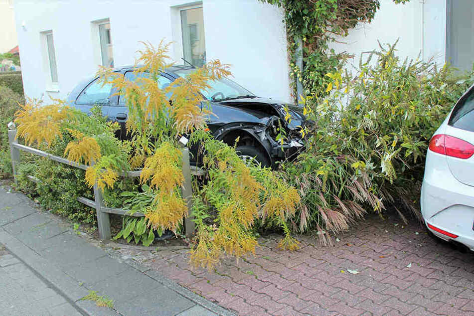 Der Ford-Ka landete nach der Flucht im Vorgarten.