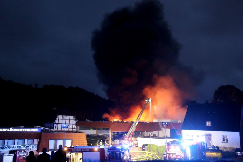 Einsatzkräfte der Feuerwehr löschen den Brand einer Fabrik in Iserlohn.