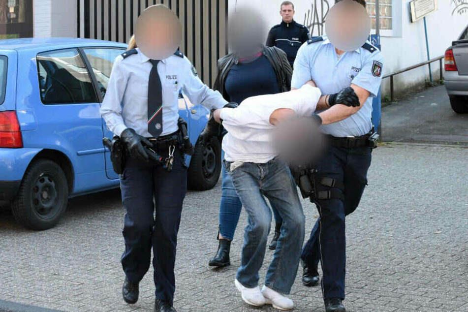 Der 19-Jährige wird nach seiner Irrfahrt von zwei Polizisten abgeführt.