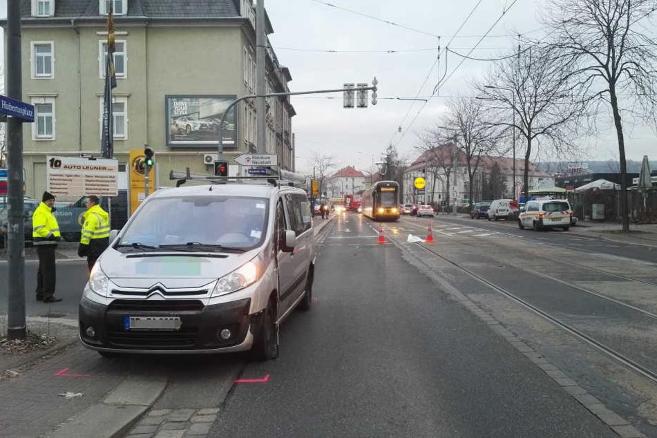 Der Firmentransporter erfasste den Fußgänger.