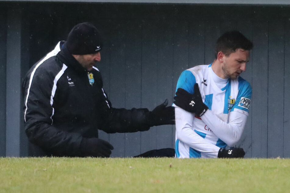 Matti Langer (r., mit Torwarttrainer Thomas Köhler) verletzte sich in Fürstenwalde an der Schulter und muss nun unters Messer.