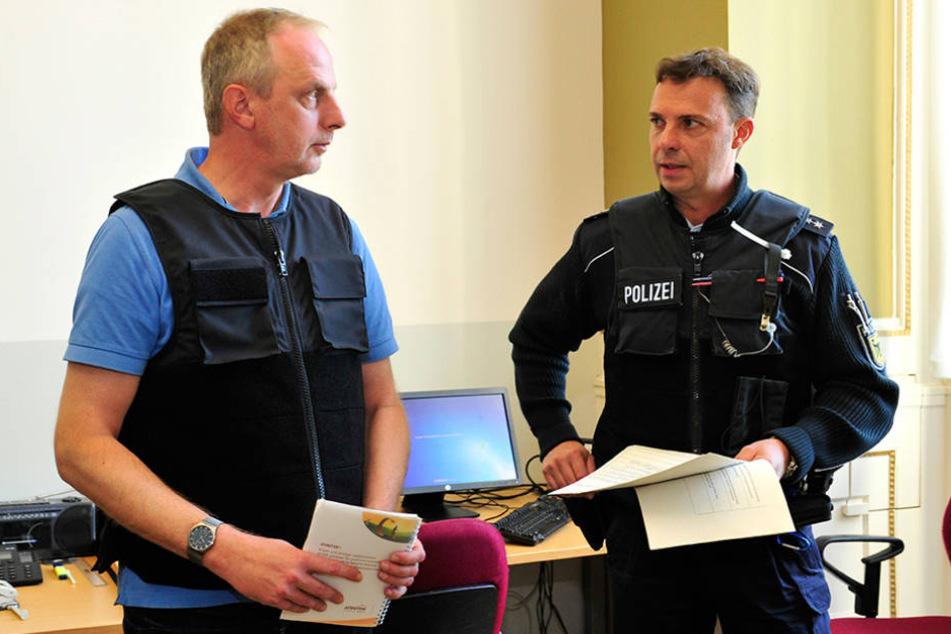 Einweisung und Schutzweste gab es von Polizeioberkommissar Dirk Lehmann  (48).