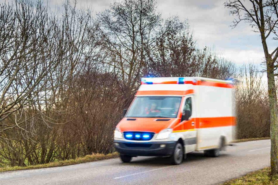 Zeugen berichten von Überlebenskampf: Mann bricht vor Schule zusammen und stirbt