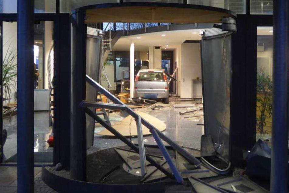 Erst ein Betonpfosten stoppte ihn: der Opel durchbrach die Drehtür am Eingang.