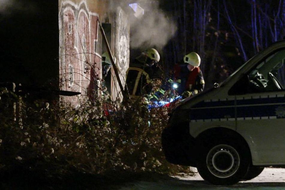 Kameraden der Feuerwehr bargen die Leiche aus dem Gebäude.