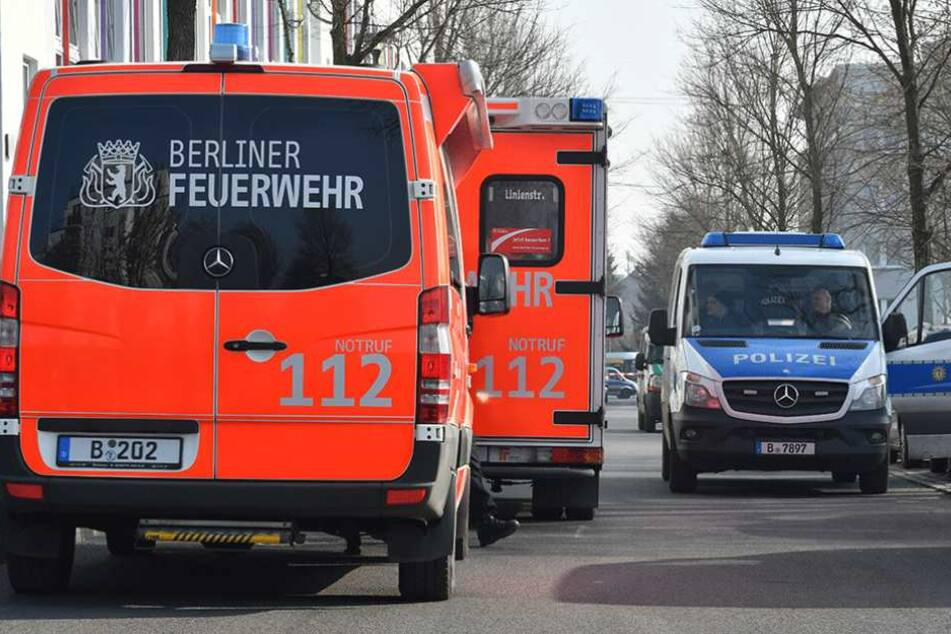 Polizei und Feuerwehr rückten an der Schule an (Symbolbild).