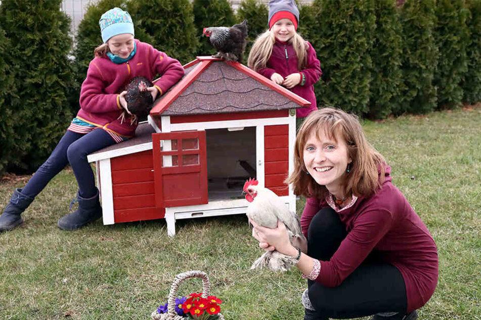 Nina Ritter (32) vermietet die Hühner komplett mit Haus. Die Töchter Mia (8, li.) und Lilia (5) finden's cool.