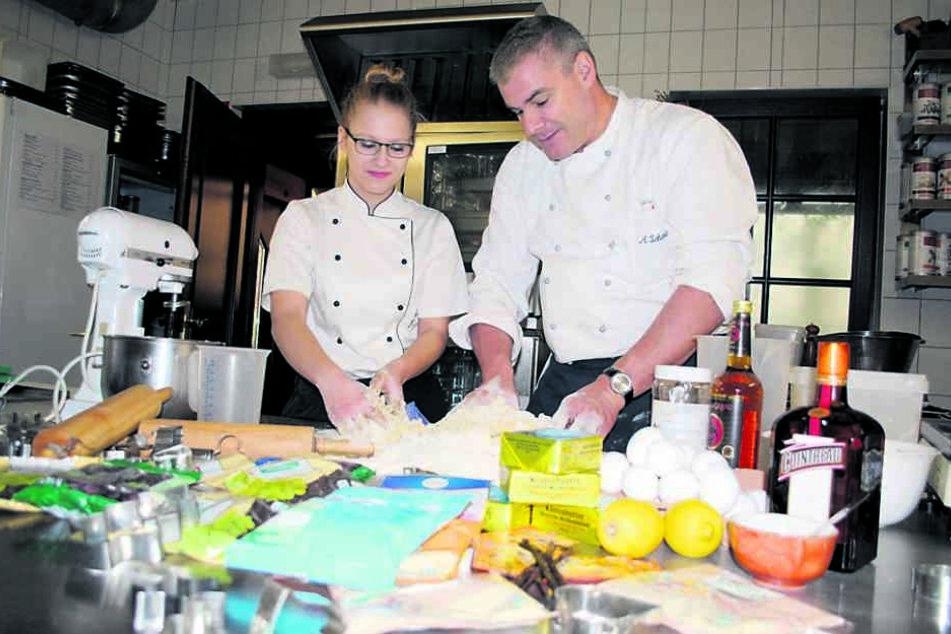 Armin Schumann (46) zeigt Azubi Jessica Dörner die Kunst der Küche. Auch sie hatte über ein Praktikum zu ihm gefunden.