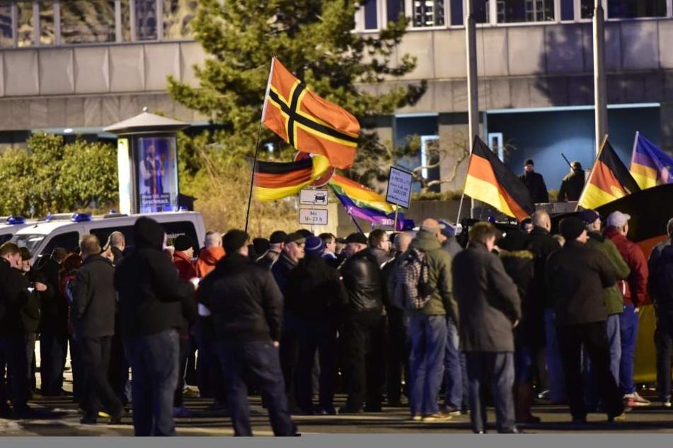 """200 Teilnehmer bei """"Weihnachtsliedersingen"""": So lief der Demo-Freitag in Chemnitz"""