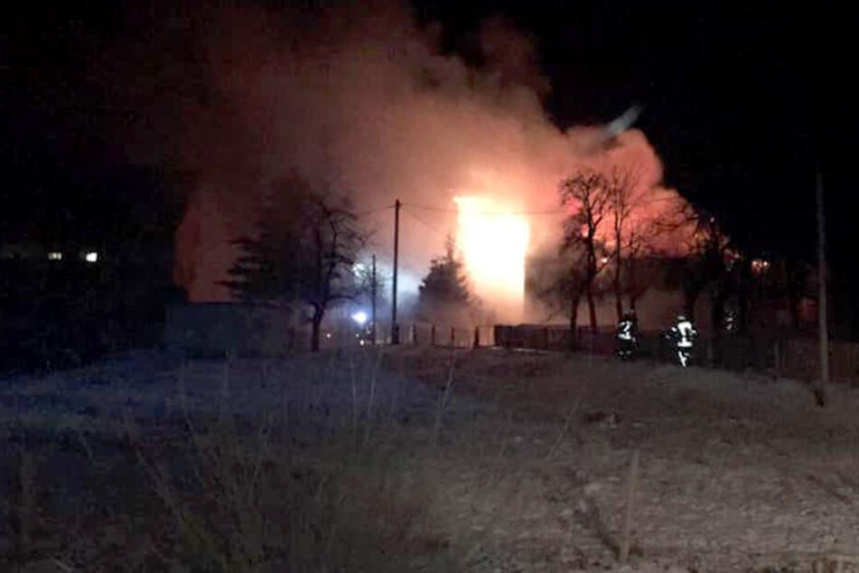 Als die Feuerwehr am Brandort eintraf, brannte das Gebäude schon lichterloh.