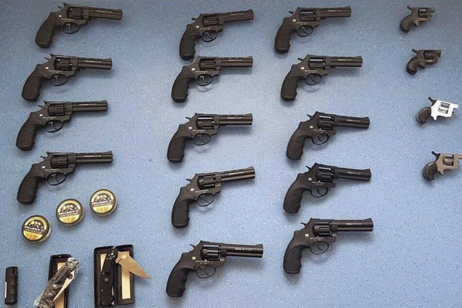 Unter anderem in der der Reserveradmulde des Fahrzeuges wurden die Waffen gefunden.