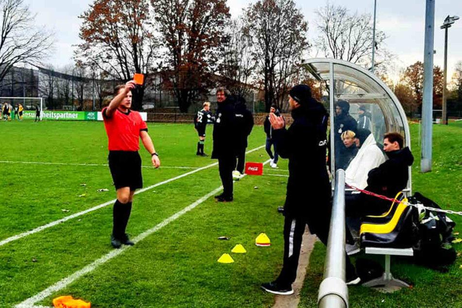 SGD-U19-Coach Willi Weiße (vorne-rechts) wurde von Schiedsrichter Christopher Knauer wegen eines verbalen Ausfalls die Rote Karte gezeigt.