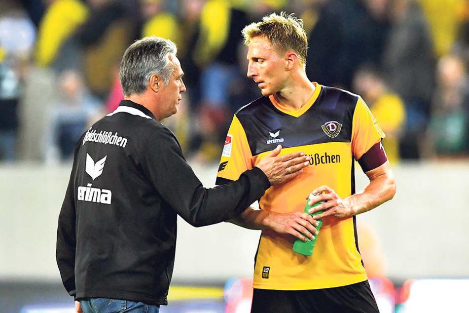 Dynamo-Trainer Uwe Neuhaus (l.)  bedankte sich nach der Partie bei seinem Kapitän Marco Hartmann.
