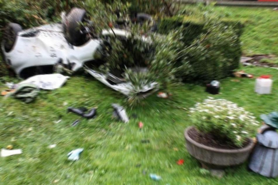 Der Wagen des 62-Jährigen landete im Vorgarten eines Hauses. (Symbolbild)