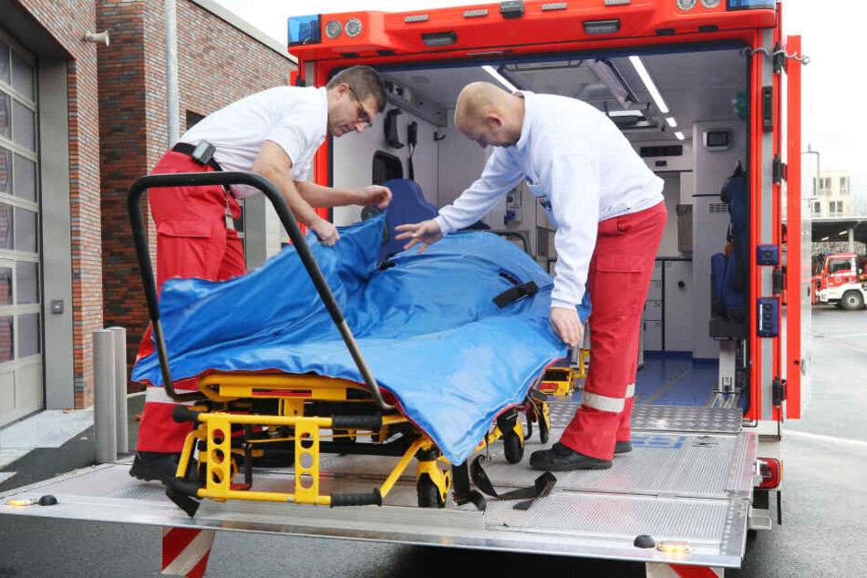 Ein Schwerlast-Rettungswagen mit einer hydraulischen Laderampe für Patienten ab etwa 150 Kilogramm.
