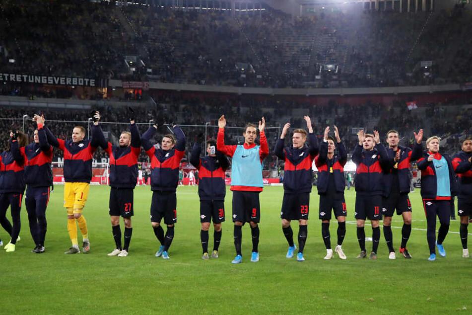 Der (eventuell nur vorübergehende) Spitzenreiter ließ sich nach dem 3:0-Sieg von den Fans in Düsseldorf abfeiern.