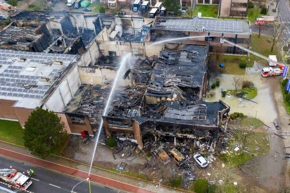 Die ausgebrannte Lagerhalle nach dem Großbrand in Düsseldorf