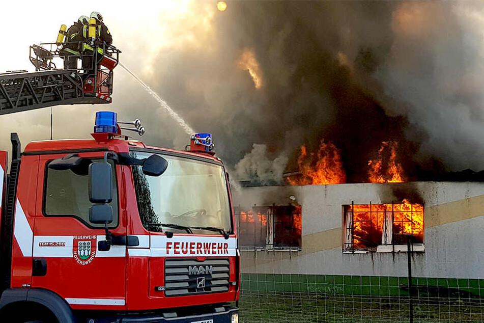 Flammen schlagen aus dem Gebäude.