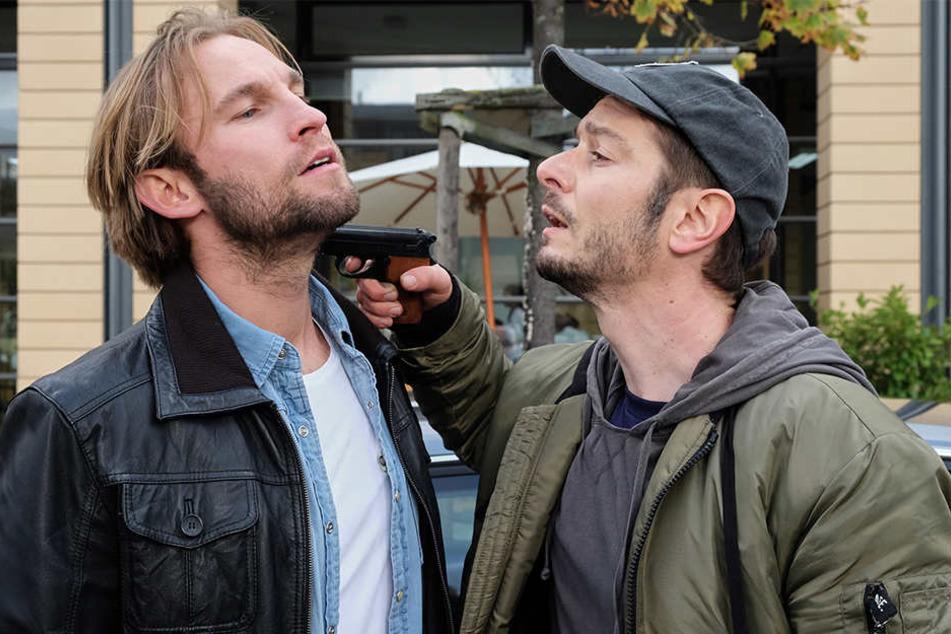 Felix Sonntag (l.) wird bei einem Streit mit seinem Kollegen Max Hellmann (r.) schwer im Gesicht verletzt.