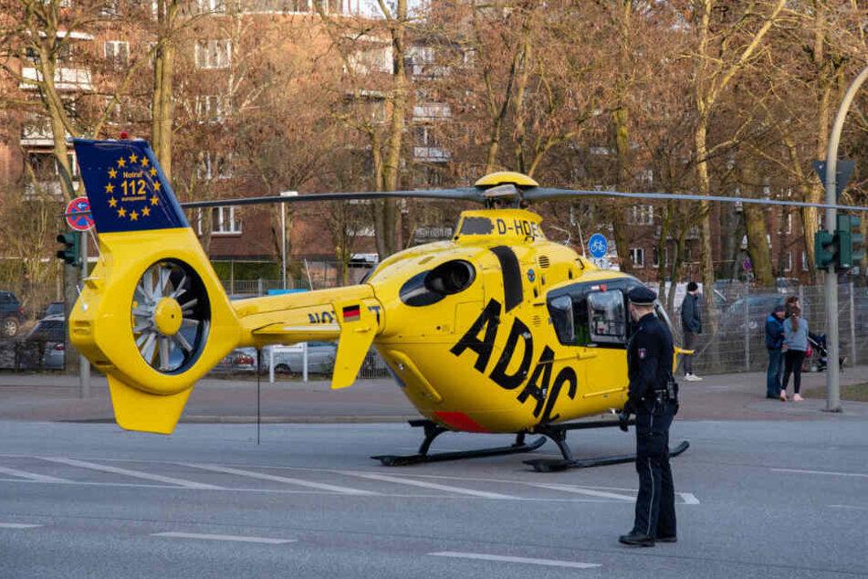 Ein Rettungshubschrauber landete auf der Kreuzung.
