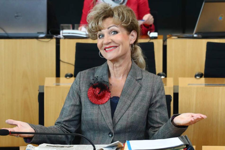 Birgit Keller (Linke) kam am Donnerstag mit Ansteckhut in die Landtagssitzung.
